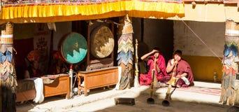 Korzok, la INDIA - 23 de julio: Músicos en el festival de la danza del Cham encendido fotografía de archivo libre de regalías