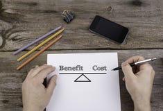 Korzyść kosztu równowaga Tekst na prześcieradle papier zdjęcie stock