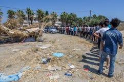 Kos flyktingar väntar på mat Royaltyfria Bilder