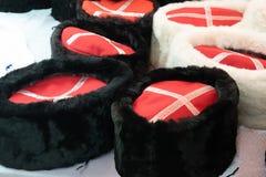Kosakenkappen auf dem Zähler Traditionelle Kosakenkleidung stockbild