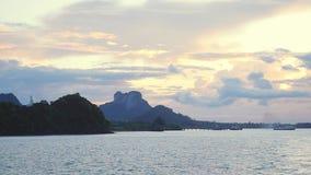 Kosamui, Thailand, zeer beroemde plaats voor toerist, de mooie Thaise vlag van de zonsondergangmening bij internationale haven La stock videobeelden