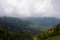 Koscieliska谷和峰顶在云彩 免版税库存照片