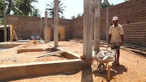 KOSGODA, SRI LANKA - MÄRZ 2014: Lokaler Bauarbeiter mit Radkarren auf Baustelle stock video