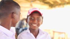 KOSGODA, SRI LANKA - MÄRZ 2014: Schuljungen, die Kosgoda-Schildkrötenbrutplatz besichtigen Die Erhaltung schützen Ziele, um Kinde stock footage
