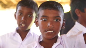 KOSGODA, SRI LANKA - MÄRZ 2014: Schuljungen, die Kosgoda-Schildkrötenbrutplatz besichtigen Die Erhaltung schützen Ziele, um Kinde stock video