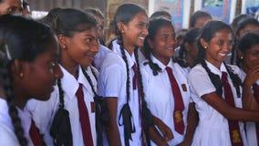 KOSGODA, SRI LANKA - MÄRZ 2014: Schulmädchen, die Kosgoda-Schildkrötenbrutplatz besichtigen Die Erhaltung schützen Ziele, um Kind stock video