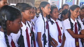 KOSGODA, SRI LANKA - MÄRZ 2014: Schulmädchen, die Kosgoda-Schildkrötenbrutplatz besichtigen Die Erhaltung schützen Ziele, um Kind stock footage