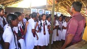 KOSGODA, SRI LANKA - MÄRZ 2014: Schulmädchen, die Kosgoda-Schildkrötenbrutplatz besichtigen Die Erhaltung schützen Ziele, um Kind stock video footage