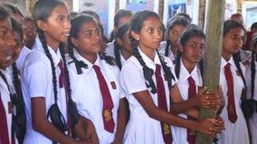 KOSGODA, SRI LANKA - MARS 2014 : Filles d'école visitant l'établissement d'incubation de tortue de Kosgoda La conservation protèg banque de vidéos