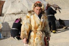 Kosh-Agach, Rússia - 21 de setembro de 2014: o caçador com uma águia Foto de Stock