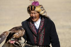 Kosh-Agach Rosja, Wrzesień, - 21, 2014: myśliwy z orłem Fotografia Stock