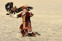 Kosh-Agach, Rusia - 21 de septiembre de 2014: el cazador con un águila Imágenes de archivo libres de regalías