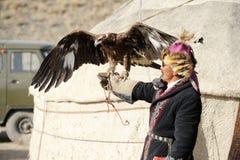 Kosh-Agach, Rusia - 21 de septiembre de 2014: el cazador con un águila Foto de archivo libre de regalías