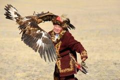Kosh-Agach, Rusia - 21 de septiembre de 2014: el cazador con un águila Fotografía de archivo libre de regalías