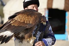 Kosh-Agach, Russia - 21 settembre 2014: il cacciatore con un'aquila Immagine Stock