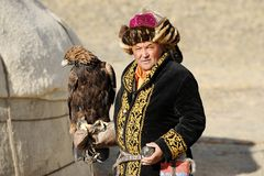 Kosh-Agach, Russie - 21 septembre 2014 : le chasseur avec un aigle Photos stock
