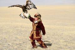 Kosh-Agach, Russland - 21. September 2014: der Jäger mit einem Adler Lizenzfreie Stockfotografie