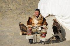 Kosh-Agach Ryssland - September 21, 2014: jägaren med en örn Arkivfoto