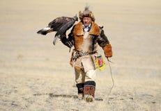 Kosh-Agach Ryssland - September 21, 2014: jägaren med en örn Royaltyfri Foto