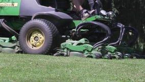 Kosiarz praca w trawie przy kraw?dzi? pole golfowe Tn?ca trawa z du?? maszyn? zbiory