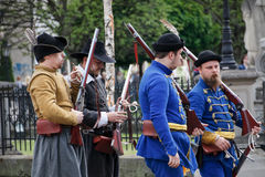 Kosice, Eslováquia - 8 de maio de 2016: Mosqueteiros no festival da cidade Foto de Stock Royalty Free