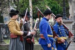 Kosice Slovakien - Maj 08, 2016: Musketörer på stadsfestivalen Royaltyfri Foto