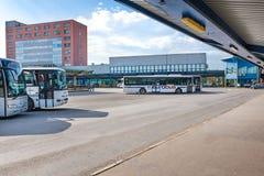 """KOSICE, SLOWAKIJE € """"MEI 1 2019: Bussen dichtbij platforms met schuilplaatsen bij Hoofdbusstation in Kosice Slowakije worden gep stock fotografie"""
