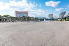 """KOSICE, SLOWAKIJE € """"MEI 1 2019: De mensen wachten op bussen op platforms met schuilplaatsen bij Hoofdbusstation in Kosice Slowa royalty-vrije stock fotografie"""