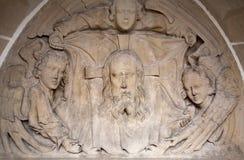 Kosice - soulagement de visage de Jesus Christ et des anges à l'ouest de portail de cathédrale gothique d'Elizabeth de saint photos libres de droits
