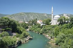 Koski Mehmed Pasha Mosque zoals die van de oude brug wordt gezien Wezenlijk herbouwd na de oorlog, heeft deze 1618 overkoepelde m stock fotografie