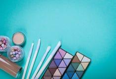 Kosmetik auf blauem Arbeitsplatz Lizenzfreies Stockfoto