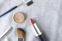 Kosmetik auf silbernem Hintergrund Lizenzfreie Stockbilder