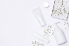 Kosmetik BADEKURORT-Brandingmodell, Draufsicht, über weißen Hintergrund stockbild