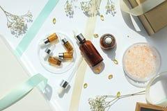 Kosmetik füllt Behälter, das Schönheitsgeschenk ab, das für Verkaufsförderung eingestellt wird lizenzfreies stockbild