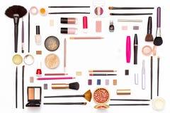 Kosmetik für Gesichtsmake-up: Bürsten, Pulver, Lippenstift, Lidschatten, Nagellack, Bleistifte und anderes Zubehör auf weißem Hin Stockbild
