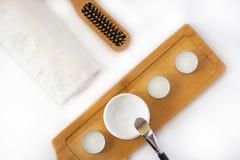 Kosmetik legen flach auf weißen Hintergrund lizenzfreies stockfoto