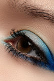 Kosmetik. Makro des Himmel-blauen Augenmakes-up, Wimpern Stockfotografie