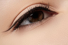 Kosmetik. Makro des Schönheitsauges mit Eyelinermake-up Stockfotos