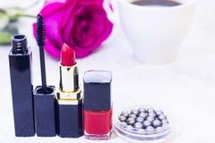 Kosmetik mit einer Rose lizenzfreies stockbild