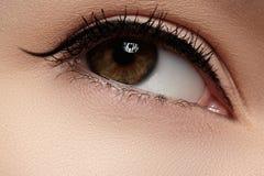 Kosmetik. Nahaufnahme des Auges mit Mode Eyelinermake-up Stockbilder