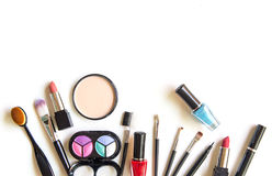 Kosmetik und Modehintergrund mit bilden Künstlergegenstände: Lippenstift, Lidschatten, Wimperntusche, Eyeliner, Abdeckstift, Nage lizenzfreies stockfoto