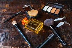 Kosmetik und Parfümflaschen für Frau lizenzfreie stockfotos