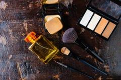 Kosmetik und Parfümflaschen für Frau lizenzfreie stockbilder