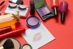 Kosmetik und roter Lippenstift auf dem abstrakten Papierhintergrund Lizenzfreies Stockbild