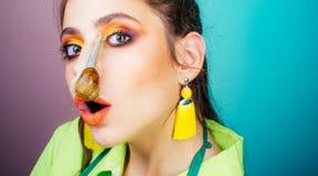 Kosmetik und Schneckenschleim Cosmetologysch?nheitsverfahren Modernes Make-upgesicht des M?dchens und nette Schnecke Zutreffen de stockbilder