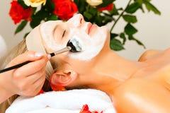 Kosmetik und Schönheit - Anwenden der Gesichtsschablone Stockfotografie
