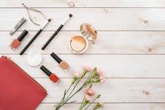 Kosmetik und Zubehör für Maniküre oder Pediküre, Konzept der Nagelpflege, Kopienraum für Text stockbild