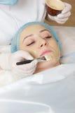 Kosmetiker angewendet mit einer Bürstengesichtsmaske Stockfotos