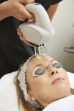 Kosmetiker-Carrying Out Intense-Impuls-Licht-Behandlung Lizenzfreie Stockbilder