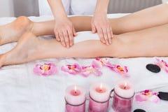 Kosmetiker, der das Bein der Frau einwächst Lizenzfreie Stockbilder